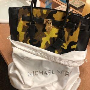 Authentic Blck leather Michael Kors Haircalf bag.